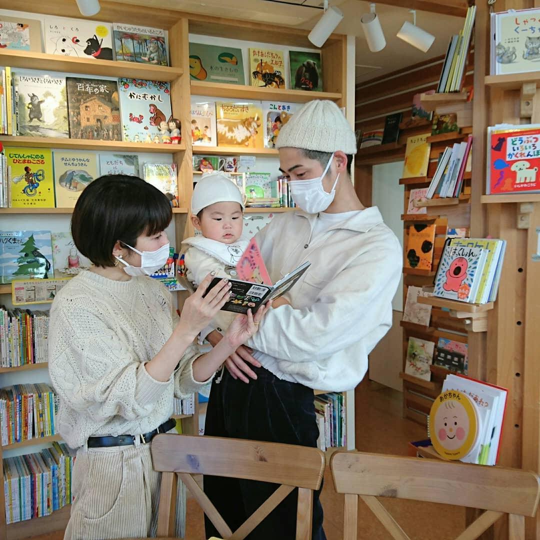 赤ちゃんに絵本の読み聞かせ